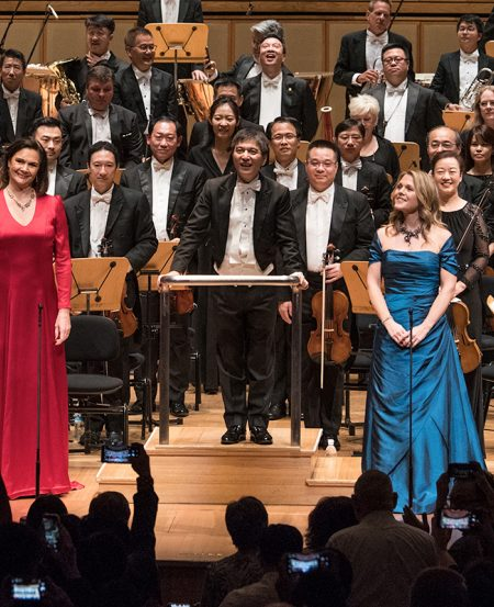 Lan Shui (centre), Anna Larsson (left, mezzo-soprano) and Miah Persson (soprano, right) and the SSO at the end of the Mahler Symphony No. 2, 26 January at the Esplanade.