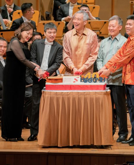 Cutting the SSO40th birthday cake: [L-R] Co-Concertmaster Lynnette Seah, Maestro Lan Shui, PM Lee Hsien Loong, Chairman Goh Yew Lin, SSG CEO Chng Hak-Peng